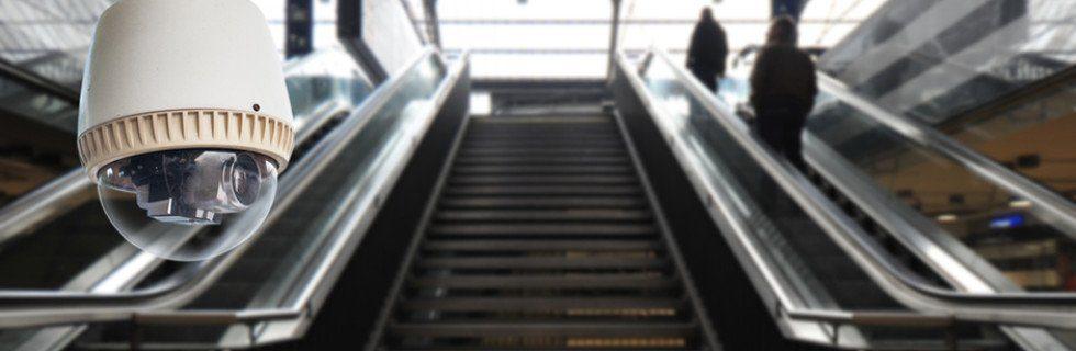 Videoüberwachung an einer Treppe und zwei Rolltreppen